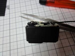 (ケーブルの取り付け状態を確認、爪でぐっと押すと奥まで入るのがわかる。)