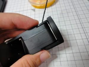 もう片方から別のパーツで挟み込む形。