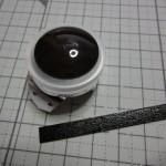 目に遮光テープを貼ります。